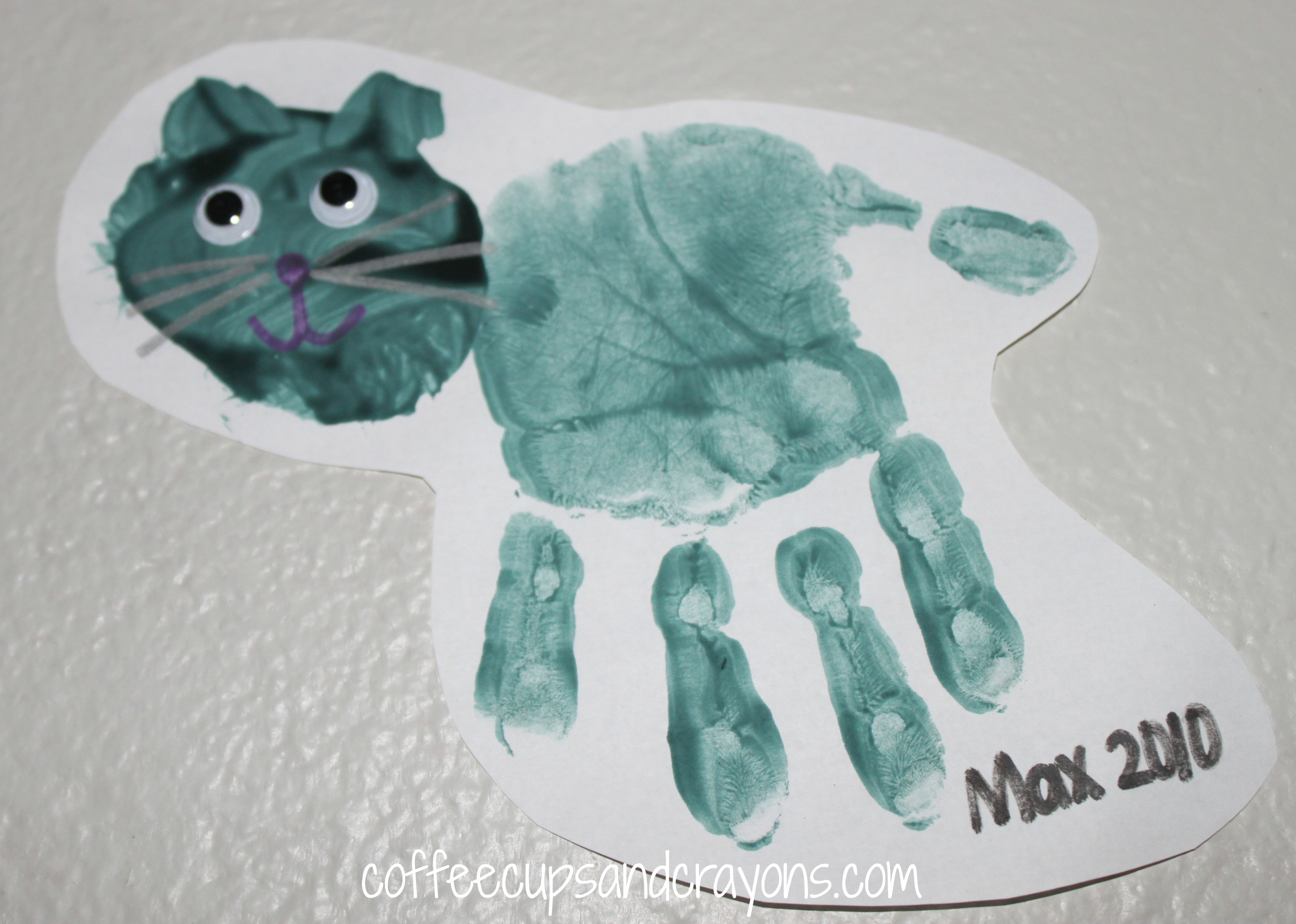 Handprint kid crafts for halloween coffee cups and crayons for Cat art and craft
